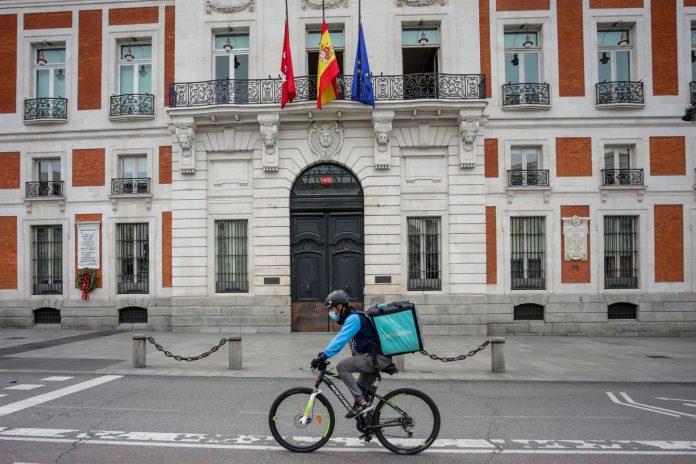 Un 'rider' de Deliveroo circula por la Puerta del Sol, en Madrid (España) - Ricardo Rubio - Europa Press - Archivo
