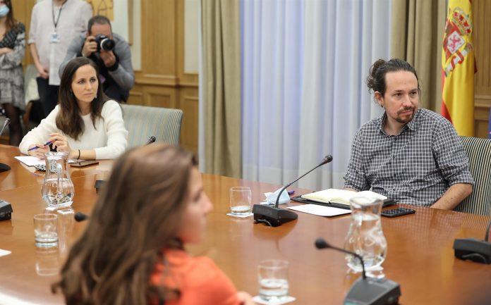 El vicepresidente segundo del Gobierno, Pablo Iglesias, y la secretaria de Estado para la Agenda 2030 y secretaria de Coordinación Ejecutiva de Podemos, Ione Belarra, durante su reunión con el sindicato de inquilinos