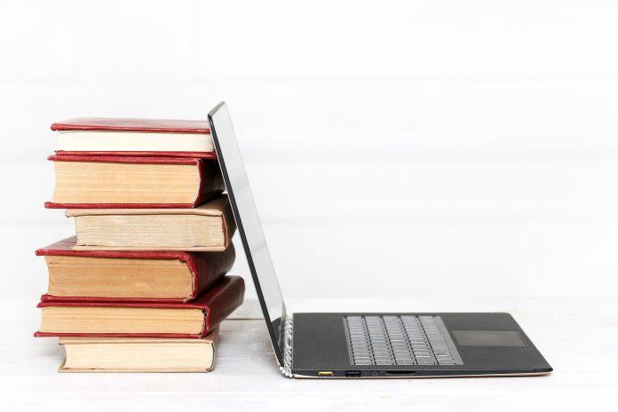 Libros con un ordenador.