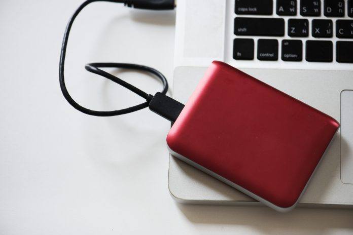 Disco duro externo conectado a un ordenador portátil